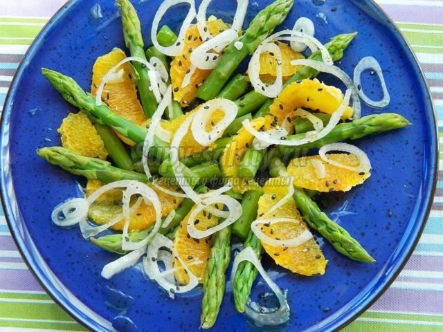 салат из зеленой спаржи, красного апельсина и лука