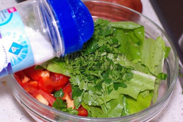 летний овощной салат с сыром и кунжутом