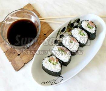 суши с красной рыбой, огурцом и кунжутом