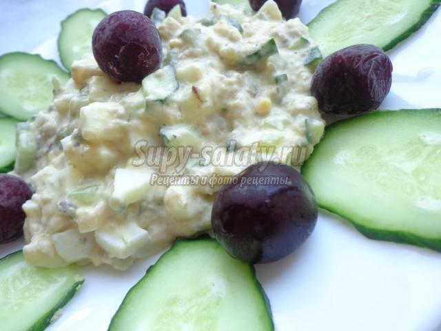 салат с рыбными консервами, огурцом и яйцами