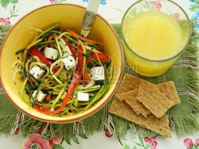 салат из свежих овощей с брынзой в медово-оливковой заправке