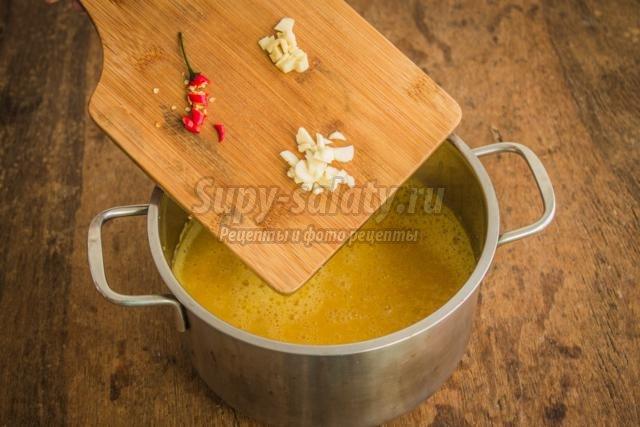 острый тыквенный суп с курицей