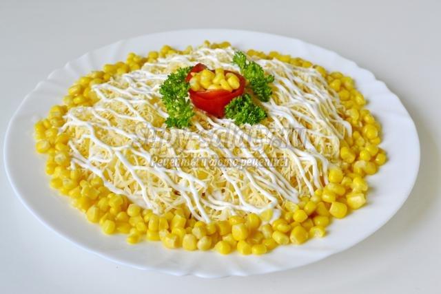 салат с ананасом, курицей и сыром