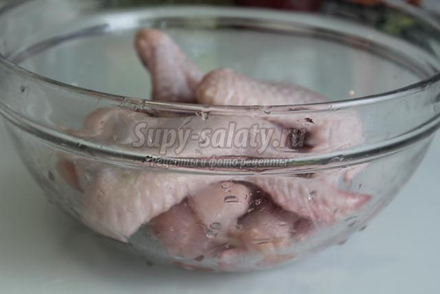 куриные крылышки с маринованным луком