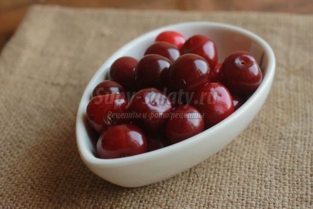 вишневый компот с клубникой