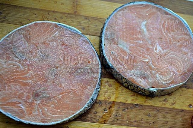 медальоны из сёмги с соусом из лука и ревеня