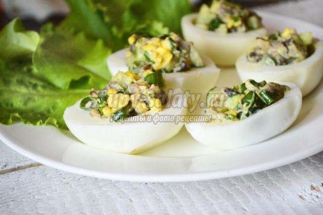 яйца, фаршированные грибным салатом