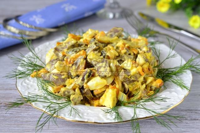 салат с сердцем, яйцами и овощами