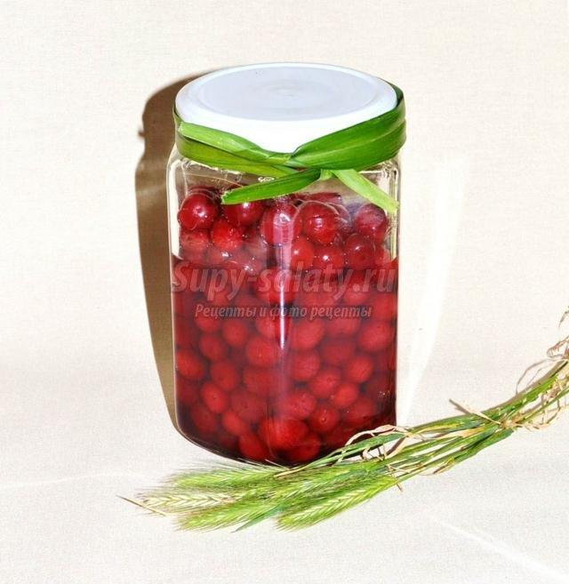 вкусные вишни в собственном соку