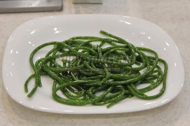 капрезе со спагетти из рукколы и бальзамической икрой