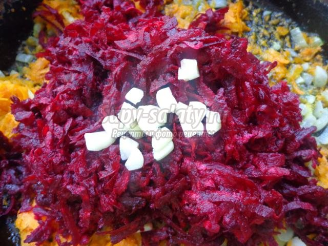 красный борщ с солеными огурцами