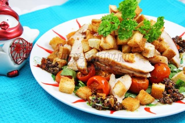 теплый салат со шпинатом, курицей и печеными томатами