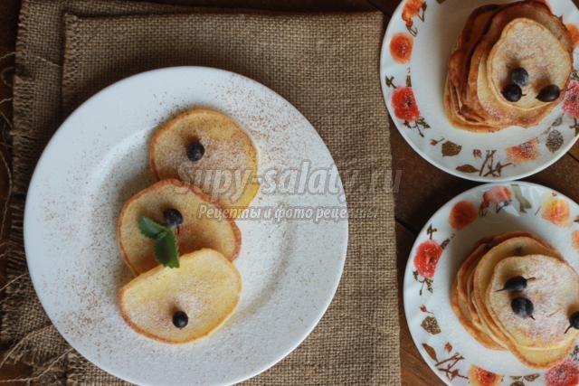 оладьи на кислом молоке с яблоками и смородиной