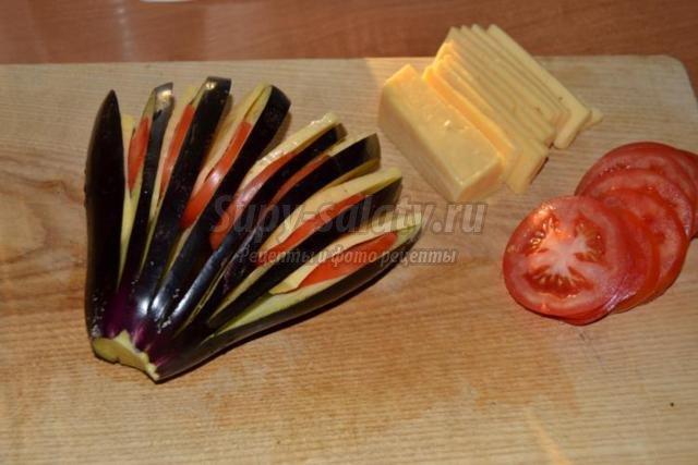 веер из баклажанов с помидорами и сыром