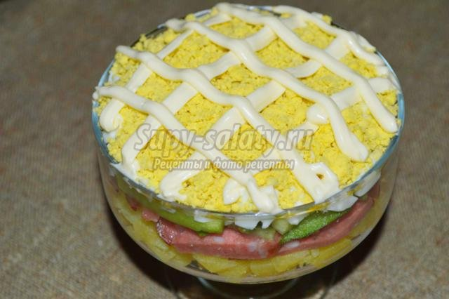 праздничный салат-коктейль с копченой колбасой