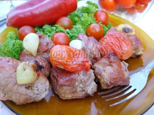 шашлык из свинины с помидорами на минеральной воде