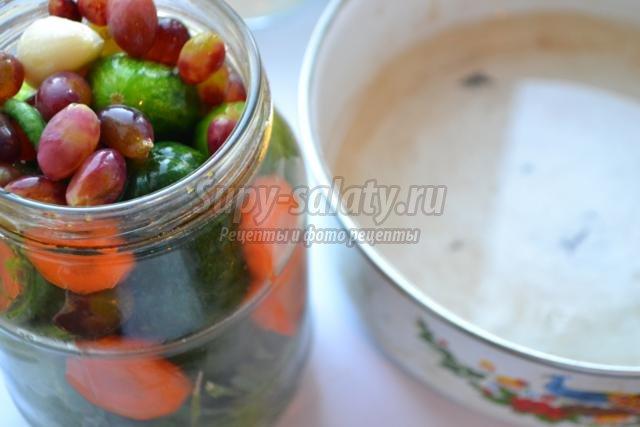 маринованные огурцы с виноградом