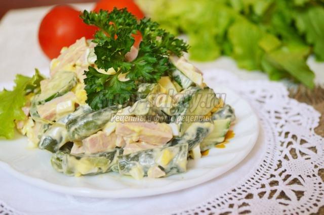 салат из стручковой фасоли с колбасой