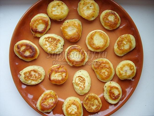 канапе из блинчиков с сыром и ежевикой