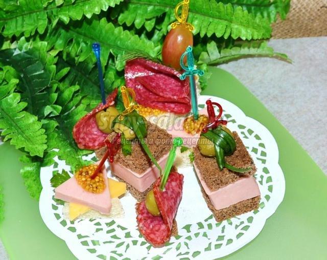 4 вида канапе с колбасами