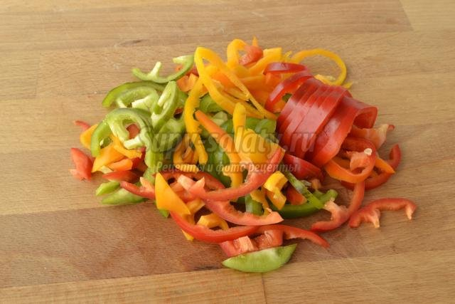 пицца на тонком тесте с колбасой и овощами