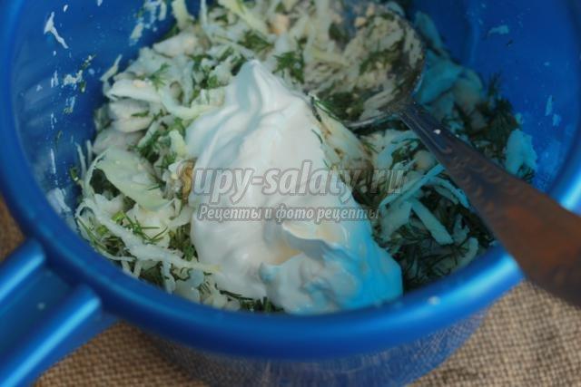 салат из капусты, оливок и куриного филе