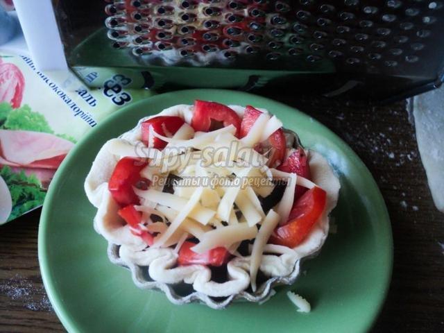 корзинки из слоеного теста с мясом, грибами и помидорами