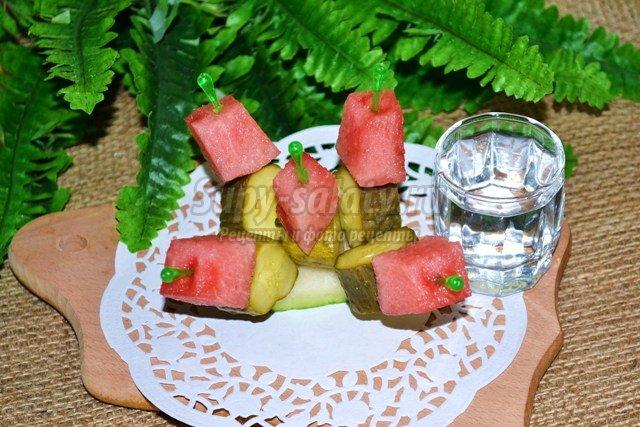 Канапе с арбузом и солёным огурцом в стиле фьюжен