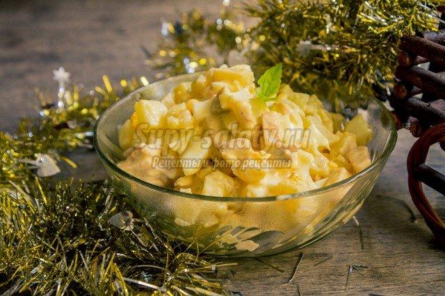 Новогодний салат с курицей и грибами