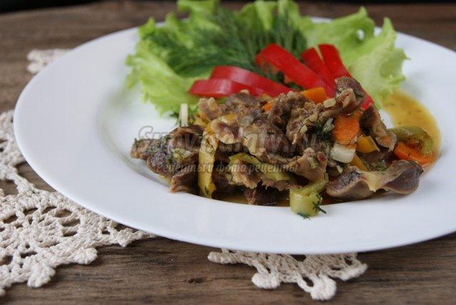 Куриные желудочки тушеные с овощами