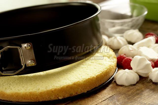 бисквитный торт с малиновым безе