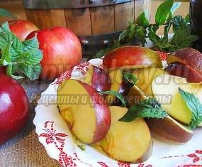 Моченые яблоки с мятой