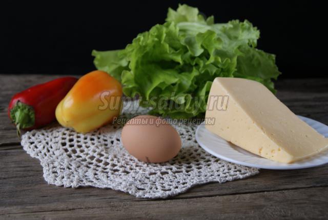 детский завтрак из яйца, сыра и перца. Гусеница