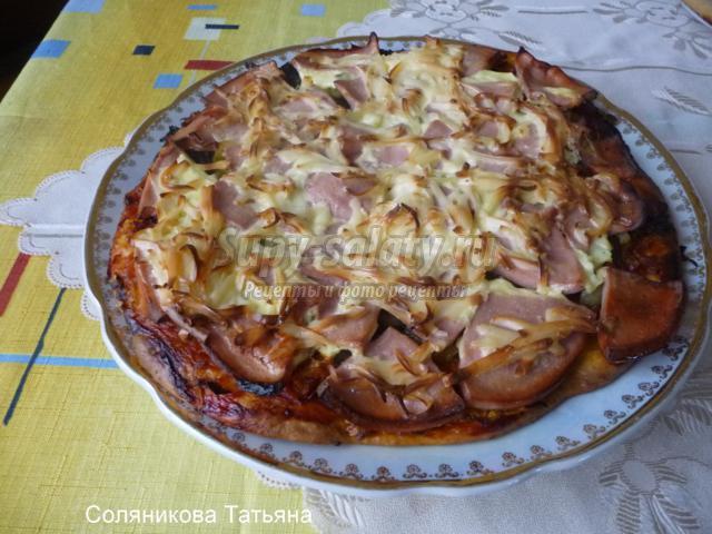 пицца на кефирном тесте с грибами и колбасой