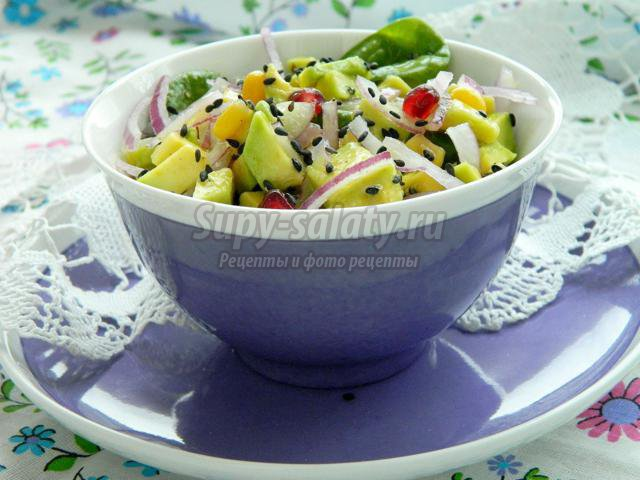 салат из авокадо с красным луком, кукурузой и шпинатом