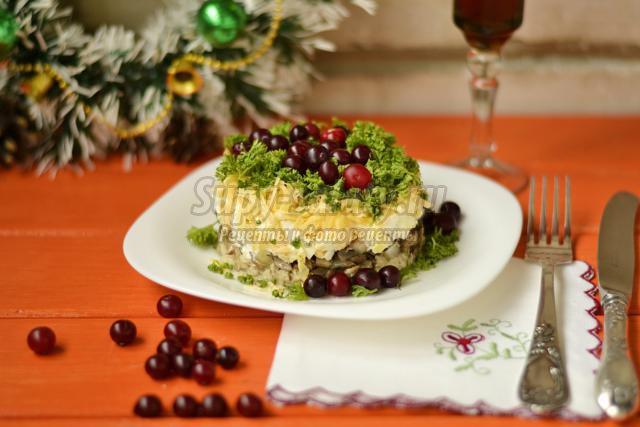 салат с горбушей, шампиньонами и клюквой к Новому году