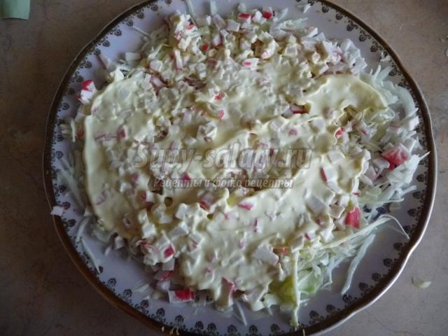слоеный салат с капустой и крабовыми палочками