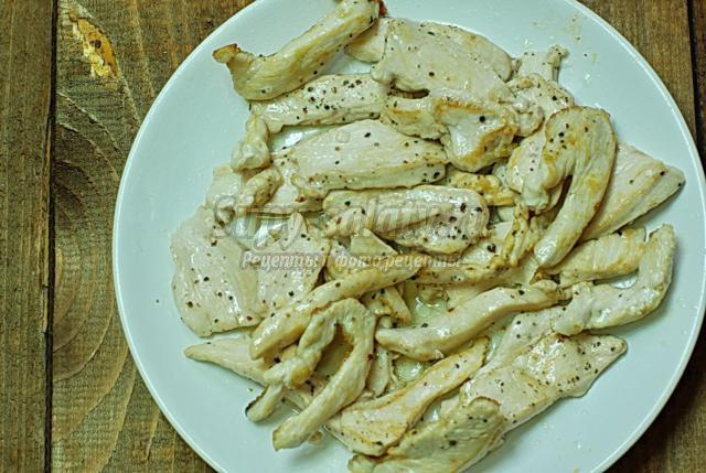 куриное филе с горошком в белом соусе