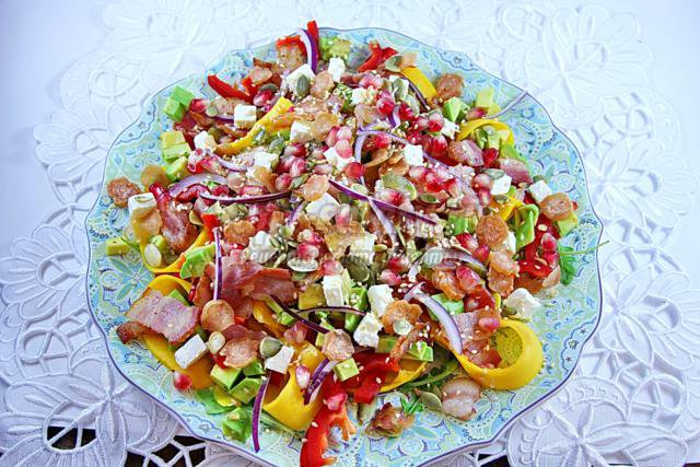 салат с тыквой, беконом и авокадо