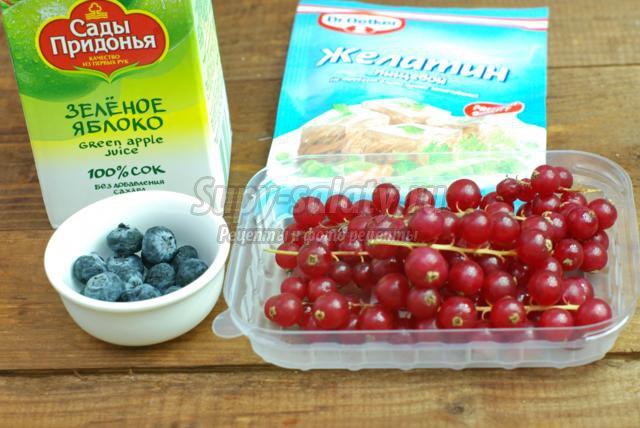 чизкейк со сгущённым молоком, красной смородиной и голубикой