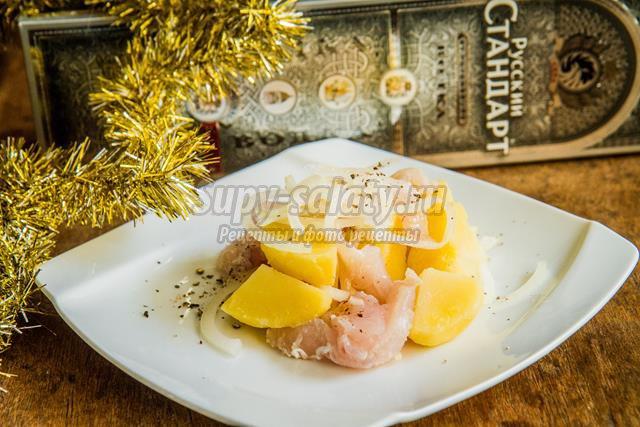 Новогодний рыбный салат под водочку