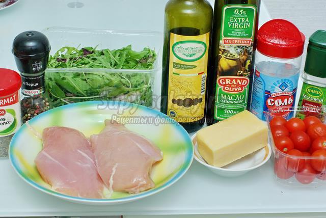 Салат с курицей, рукколой, черри и сыром