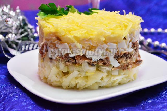 Новогодний салат с консервированной сайрой