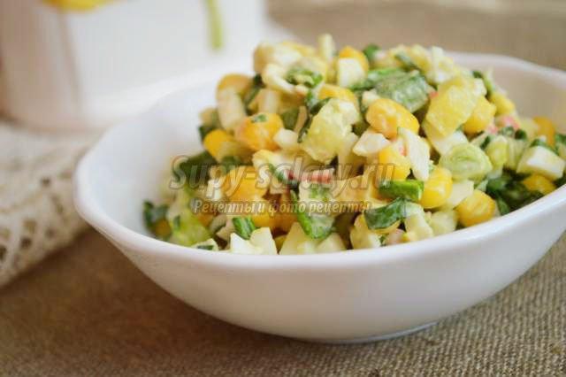 картофельный салат с крабовыми палочками и кукурузой