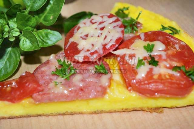 омлет с помидорами и копченой колбасой