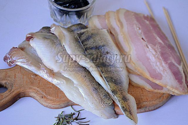 рыбные рулетики с черносливом в беконе