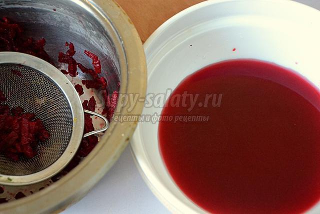 розовые блины с копчёной рыбой и сметанным соусом