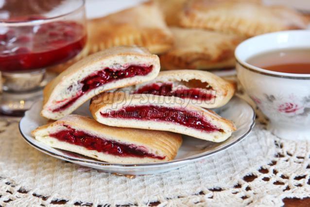 слоёные пирожки с вишней