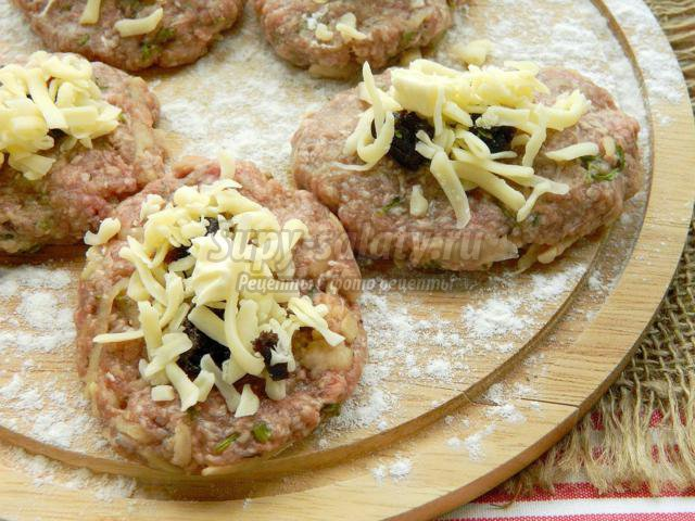 котлеты с начинкой из сыра и чернослива в мультиварке