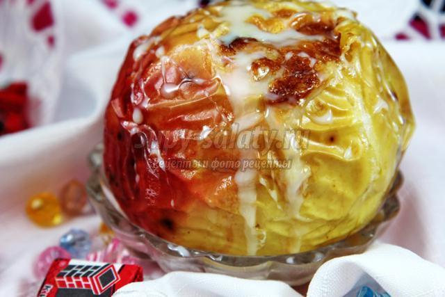 печеное яблоко с ирисками и сгущенным молоком